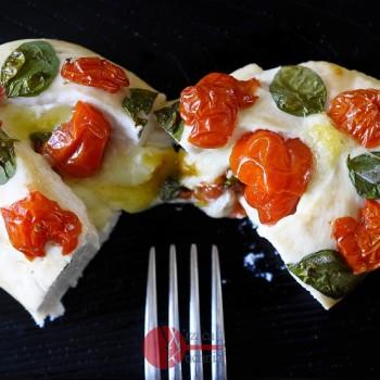 Pierś z kurczaka zapiekana z mozzarellą i pomidorkami
