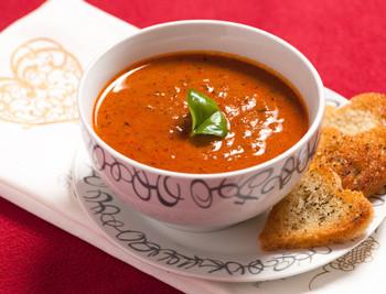 Aromatyczna-zupa-pomidorowa-z-czerwonym-winem-i-wołowiną--E.-Bracka