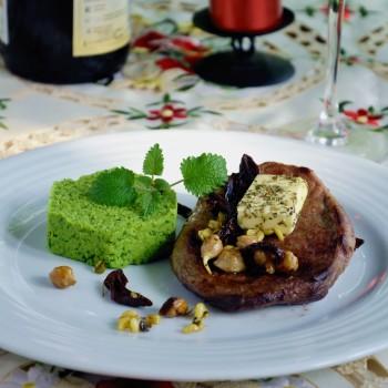 stek wołowy podany zna grzybach z masłem zioływm i purre z zielonego groszku