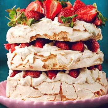 Pavlova z truskawkami i kremem jogurtowym