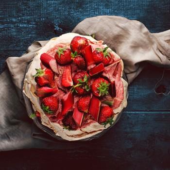 Pavlova z truskawkami i rabarbarowym curd