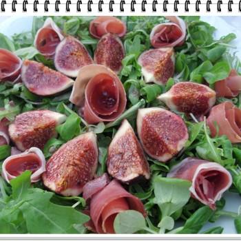sałatka z figami i szynką serrano