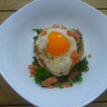 Grzanka z jajkiem sadzonym i pikantnym jarmużem