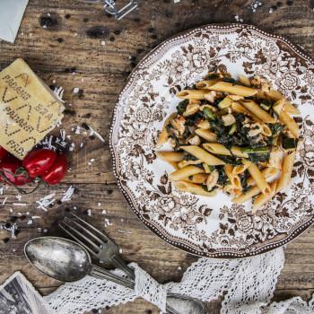 Penne Rigate z sosem ragù z kurczaka i warzywami w pomidorach - danie
