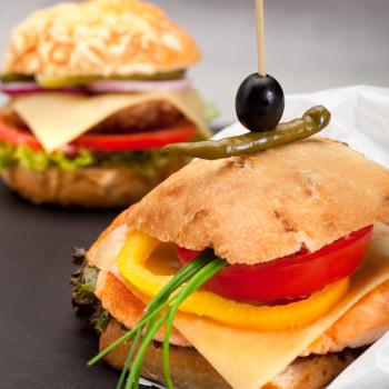 Burger z serem żółtym i łososiem_fot. MSM Mońki