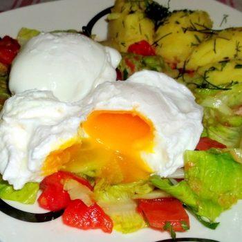 jajka w koszulkach na sałacie rzymskiej z pomidorami (5)