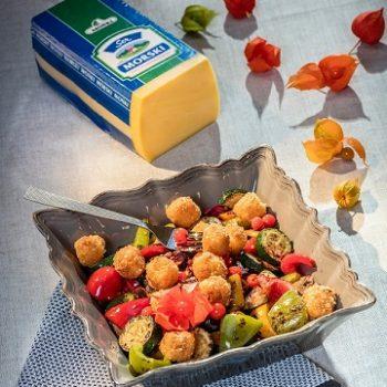jesienna-salatka-z-grillowanymi-warzywami-i-kostkami-sera-fot-msm-monki-1