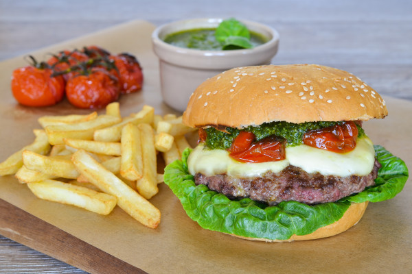 hamburger-z-mozzarella-i-pesto-z-bazylii-hamburger-z-mozzarella%cc%a8-i-bazyliowym-pesto-frisco-1-600x400