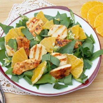 Sałatka-z-czosnku-niedźwiedziego-z-dodatkiem-kurczaka-sera-houllumi-i-pomarańczy