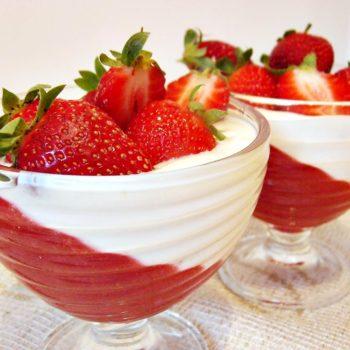 Deser-truskawkowo-rabarbarowy-z-jogurtem