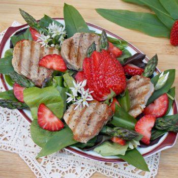 Truskawkowa sałatka z czosnkiem niedźwidzim, polędwiczką, szparagami i dressingiem truskwkowym