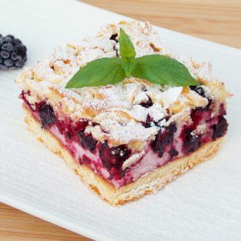 Kruche-ciasto-z-jeżynami-i-delikatną-pianką-1