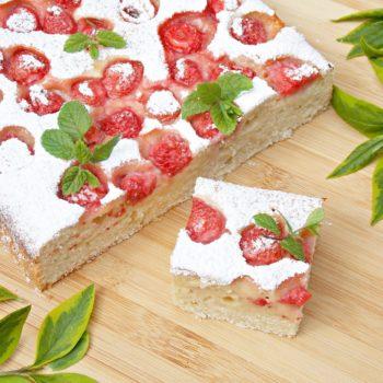 Waniliowe-ciasto-na-maślance-z-truskawkami-2