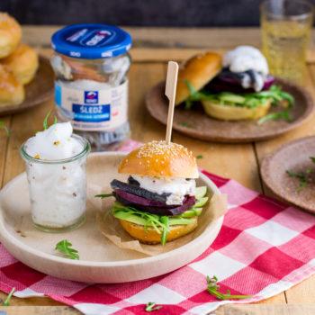 Mini burgery ze śledziem i awokado