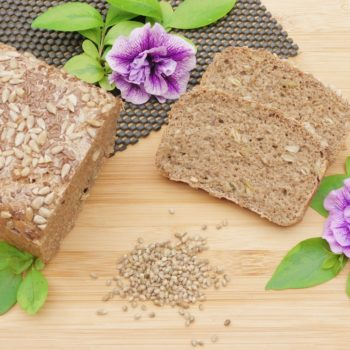 Chleb-pszenno-żytni-na-zakwasie-z-nasionami-konopi