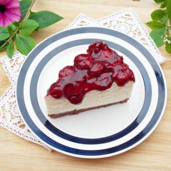 Sernik-na-zimno-z-białą-czekoladą-i-frużeliną-wiśniową-1200x887